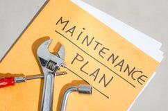 Herramientas en una carpeta del plan de mantenimiento Foto de archivo