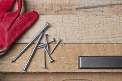 Herramientas en una madera cruda Imagen de archivo libre de regalías