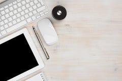 Herramientas esenciales del trabajo de oficina con el espacio de la copia a la derecha imagen de archivo libre de regalías