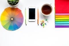 Herramientas gráficas en concepto del diseñador en la mofa blanca de la opinión superior del fondo para arriba Imágenes de archivo libres de regalías