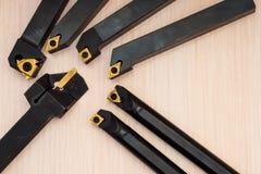 Herramientas indexables del torno con las extremidades reemplazables, sistema en fondo de madera fotos de archivo