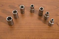 Herramientas, llave de trinquete de los accesorios en una tabla de madera Foto de archivo libre de regalías
