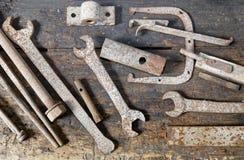Herramientas mecánicas viejas aherrumbradas clasificadas bien en el taller del banco Fotos de archivo libres de regalías