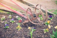 Herramientas miniatura del jardín y de la horticultura en primavera temprana imagen de archivo