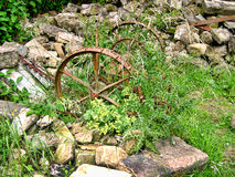 Herramientas olvidadas de la granja en el pueblo de Wycoller en Lancashire Imagen de archivo libre de regalías