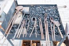 Herramientas oxidadas del metal en la fragua imagenes de archivo