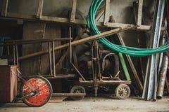 Herramientas oxidadas para cultivar un huerto Imagen de archivo