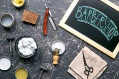 Herramientas para cortar la barba en barbería en la opinión superior del fondo del lugar de trabajo Imagenes de archivo