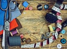 Herramientas para coser en la tabla de madera Foto de archivo