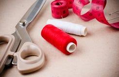 Herramientas para coser y hecho a mano Fotos de archivo libres de regalías