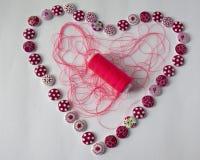 Herramientas para coser y la costura man?a Hilo de coser multicolor Coraz?n de botones fotos de archivo