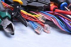 Herramientas para el electricista y los cables eléctricos Imagenes de archivo