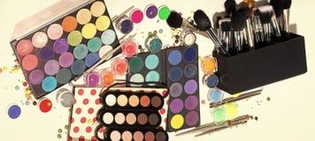 Herramientas para el maquillaje Sistema colorido del maquillaje Fotografía de archivo