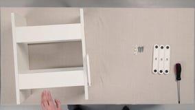 Herramientas para el montaje de los muebles existencias Los muebles de junta, manos en guantes se cierran para arriba para apreta fotografía de archivo libre de regalías