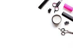 Herramientas para el pelo que diseña en la opinión superior del fondo blanco Imagen de archivo