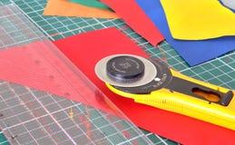 Herramientas para el remiendo: cuchillo, regla y recorte de la estera Fotografía de archivo