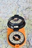 Herramientas para el viaje - mapa y compás Imagen de archivo