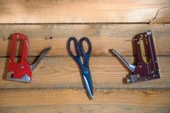 Herramientas para emplear el fondo de madera del bosque del pino Imágenes de archivo libres de regalías