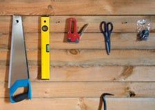 Herramientas para emplear el fondo de madera del bosque del pino Fotografía de archivo libre de regalías