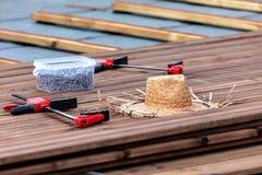 Herramientas para la construcción de un piso o de una terraza de madera Screwdr imágenes de archivo libres de regalías