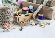 Herramientas para la costura, el hilo para coser, las tijeras, los botones y v Imagen de archivo libre de regalías