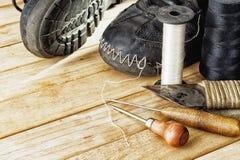 Herramientas para la reparación manual de botas, de zapatos y de botas Foto de archivo
