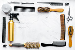 Herramientas para los hairdress en barbería en la mofa blanca de la opinión superior del fondo para arriba Foto de archivo