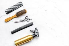 Herramientas para los hairdress en barbería en la mofa blanca de la opinión superior del fondo para arriba Imagen de archivo
