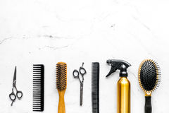 Herramientas para los hairdress en barbería en la mofa blanca de la opinión superior del fondo para arriba Fotografía de archivo