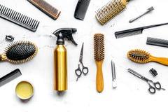 Herramientas para los hairdress en barbería en la opinión superior del fondo blanco Foto de archivo libre de regalías