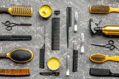 Herramientas para los hairdress en barbería en la opinión superior del fondo gris Imágenes de archivo libres de regalías