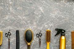 Herramientas para los hairdress en barbería en mofa gris de la opinión superior del fondo para arriba Imagenes de archivo