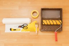 Herramientas para pegar los papeles pintados Renovación Fotografía de archivo