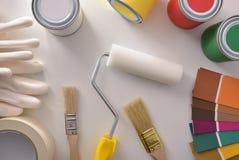 Herramientas para pintar casas en el top blanco de la opinión general de la tabla fotos de archivo