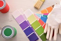 Herramientas para pintar casas en la tabla blanca de madera fotos de archivo
