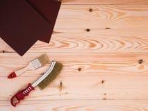Herramientas para pintar y la reparación en el fondo de madera Foto de archivo libre de regalías