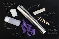 Herramientas para quitar el pulimento ultravioleta del gel en casa en un fondo negro fotografía de archivo libre de regalías