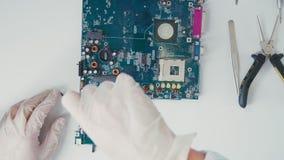 Herramientas para reparar a la placa de circuito electrónica Trabajo con el microprocesador almacen de video