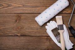 Herramientas para trabajar con la pintura Cepillo, rodillo y guantes Imagen de archivo libre de regalías