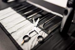 Herramientas profesionales del haidresser en la tabla con el primer de tijeras Imagen de archivo libre de regalías
