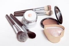 Herramientas profesionales del maquillaje en el fondo de madera blanco Fotos de archivo