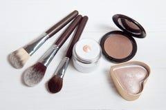 Herramientas profesionales del maquillaje en el fondo de madera blanco Fotografía de archivo libre de regalías