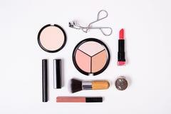 Herramientas profesionales del maquillaje, flatlay en el fondo blanco Imagenes de archivo
