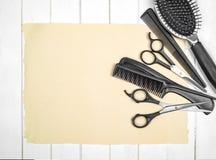 Herramientas profesionales del peluquero en el primer de la tabla Fotos de archivo libres de regalías