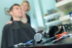 Herramientas profesionales del peluquero en la tabla Imagenes de archivo