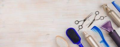 Herramientas profesionales del peluquero en superficie de madera con el copyspace en la izquierda Foto de archivo