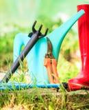 Herramientas que cultivan un huerto al aire libre en jardín Imagenes de archivo