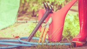 Herramientas que cultivan un huerto al aire libre en jardín Fotos de archivo libres de regalías