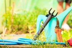 Herramientas que cultivan un huerto al aire libre en jardín Foto de archivo