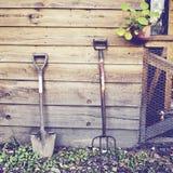 Herramientas que cultivan un huerto con efecto retro Fotografía de archivo libre de regalías